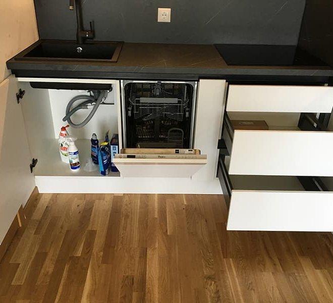 melnbalta-virtuve-4